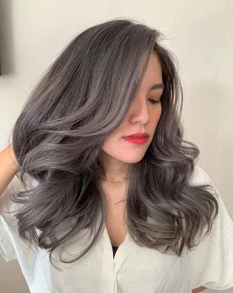 Le coloriste et coiffeur Indonésien Lie Kuang travaille le gris sur cheveux foncés