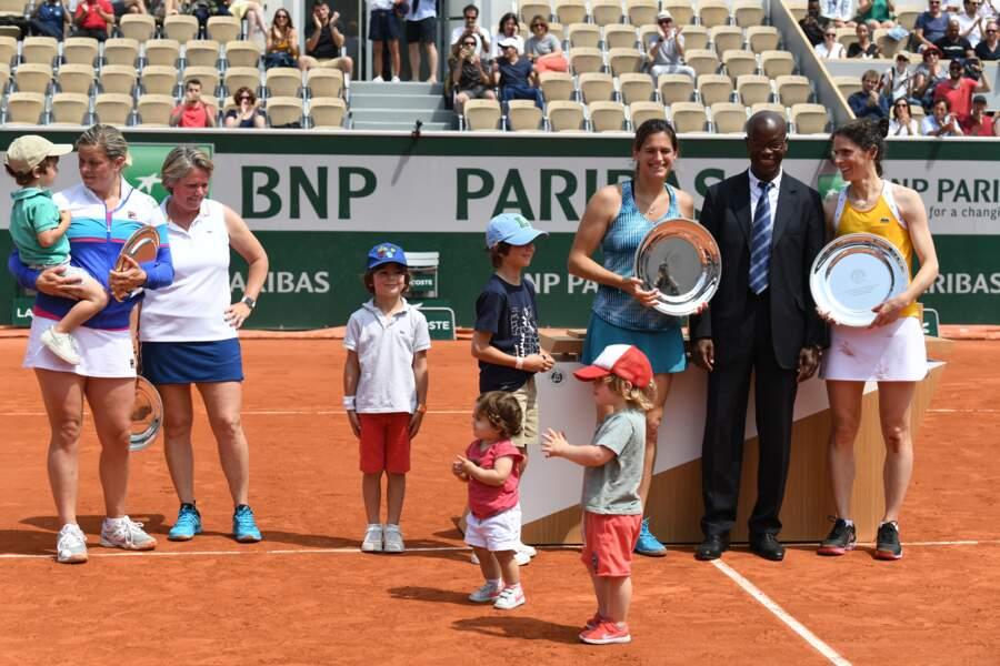 Amelie Mauresmo et ses enfants Ayla et Aaron à la finale double dames du Trophée des légendes, Roland-Garros