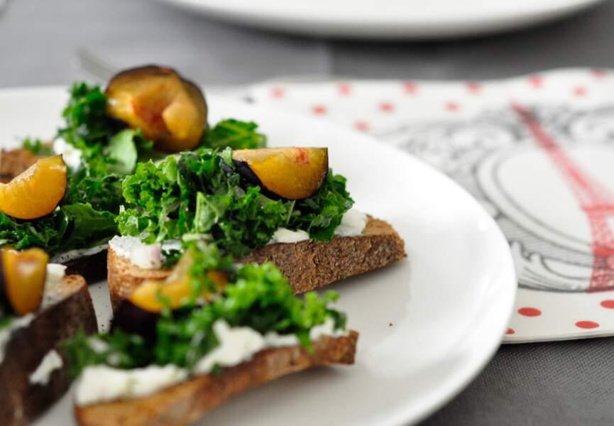Crostinis à la ricotta au chou kale et aux prunes