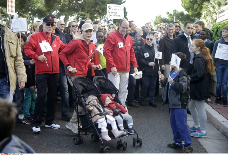 La petite famille est vite rejointe par des centaines de Monégasques