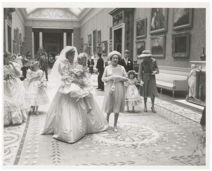 Diana se prépare à saluer les Britanniques, avec la reine Elizabeth II.