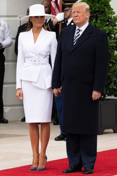 Elle porte son tailleur en blanc éclatant aussi mais l'effet et bien plus chic !
