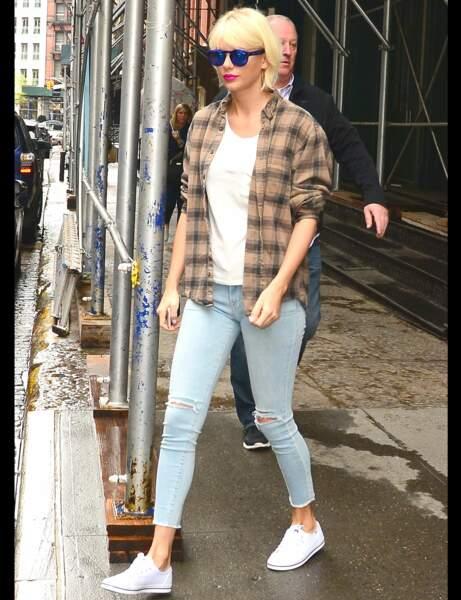 Taylor Swift et son jean ankle déchiré aux genoux