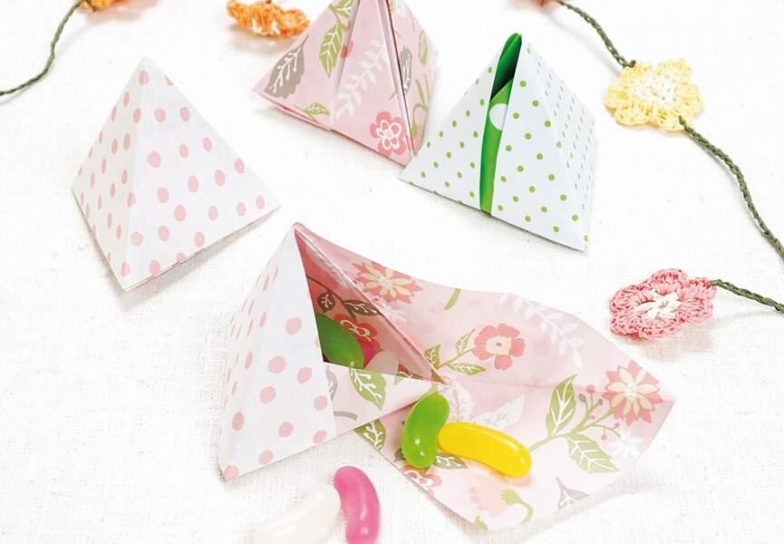 Une boîte triangulaire en papier plié