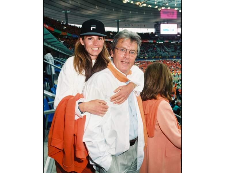 En 1998, il assiste à un match de la Coupe du monde de football avec sa femme Rosalie