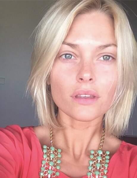 Caroline Receveur, la star française de la télé-réalité tente un selfie zéro make-up