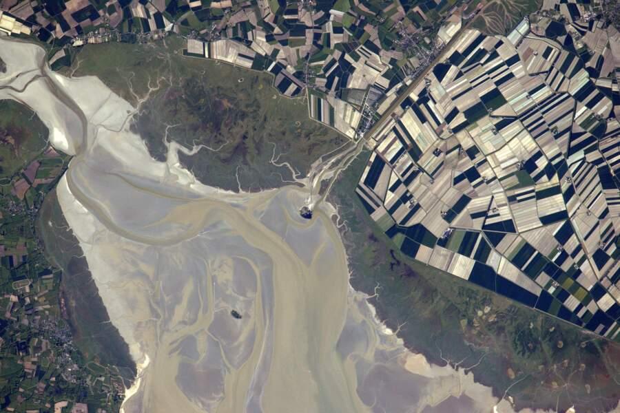 Le Mont-Saint-Michel, sa baie, ses champs