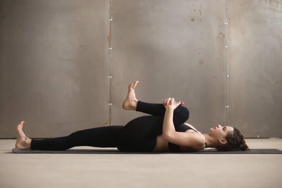 La posture des genoux à la poitrine