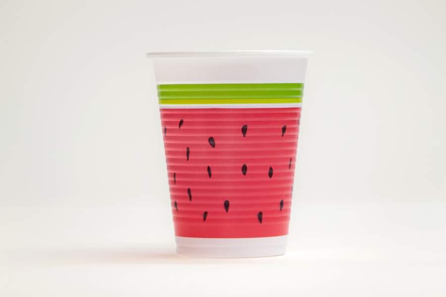 Des gobelets en plastique avec des motifs pastèque