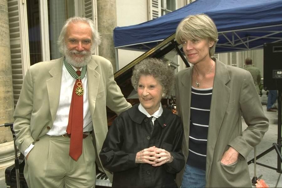 Françoise Hardy et Mireille assistent à la décoration de Georges Moustaki en 1996.