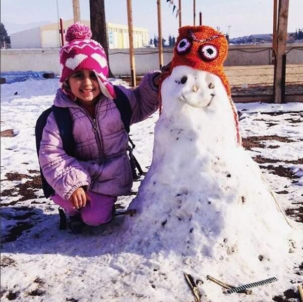 Ça pourrait être un bonhomme de neige quelconque, sauf qu'il a été réalisé dans un camp de réfugiés en Grèce