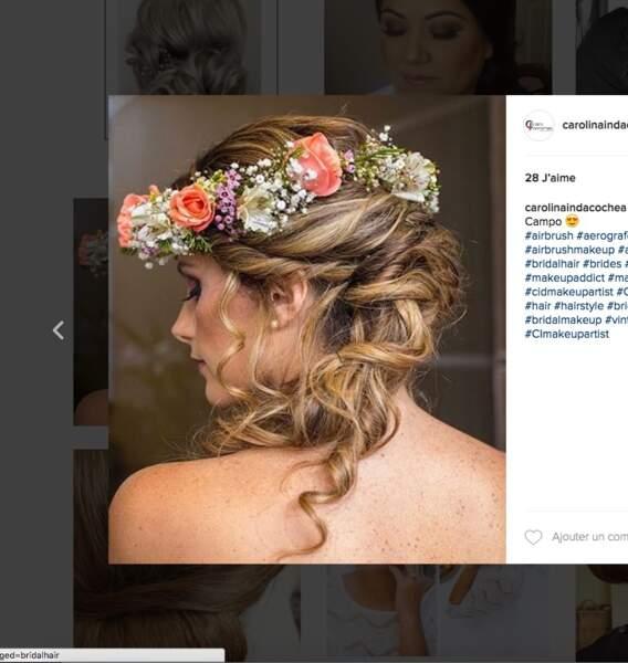 Coiffure de mariage pour cheveux longs : la couronne fleurie