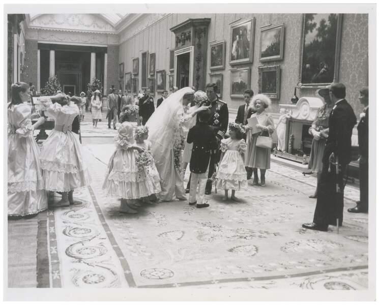 Diana, Charles et les enfants d'honneur sont presque prêts.