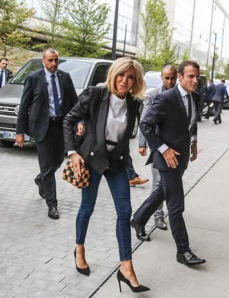 Brigitte Macron en jean moulant