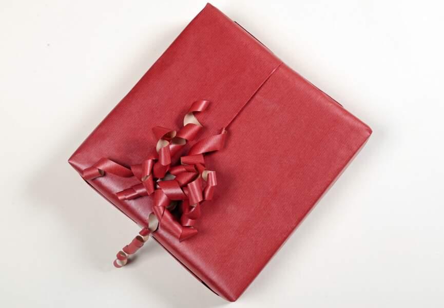 Décorer un paquet cadeau sans bolduc