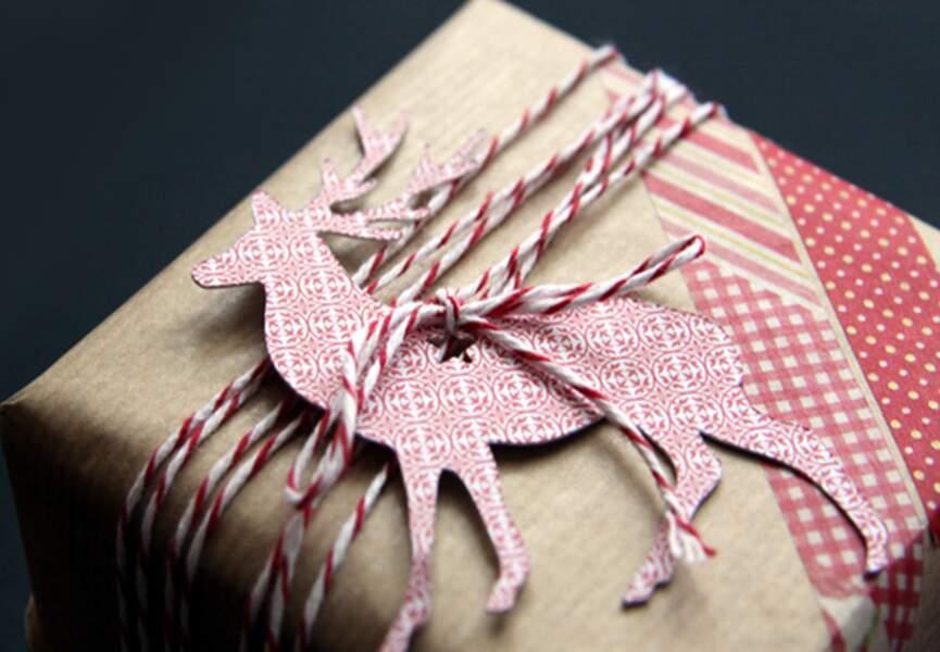 Un paquet cadeau en papier kraft