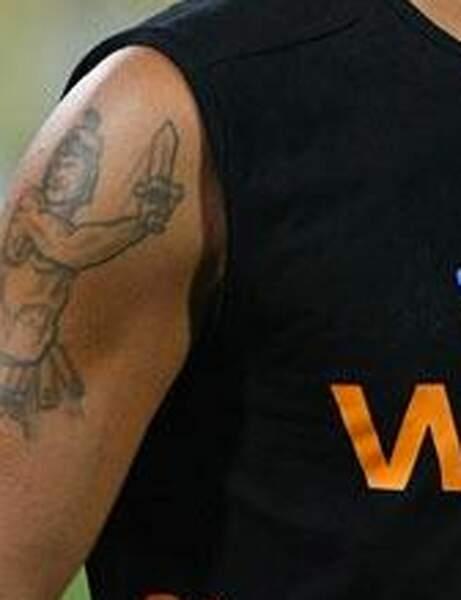En voilà un qui a voulu montrer sa virilité en tatouant ce guerrier romain. Réussi ?