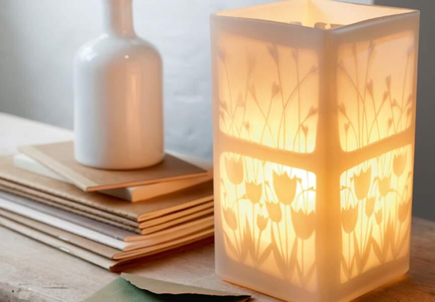 Une jolie lampe à motifs végétaux