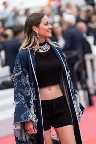 Micro short et crop top : le look improbable (mais canon) de Marion Cotillard à Cannes