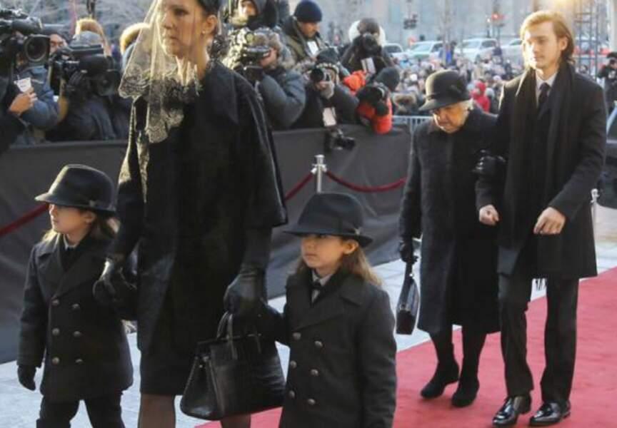 Arrivée de Céline Dion avec les jumeaux et René-Charles au bras de la maman de la chanteuse