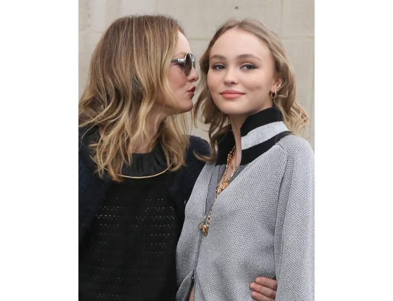 Le duo mère/fille pose ensemble avant le défilé Chanel en 2017