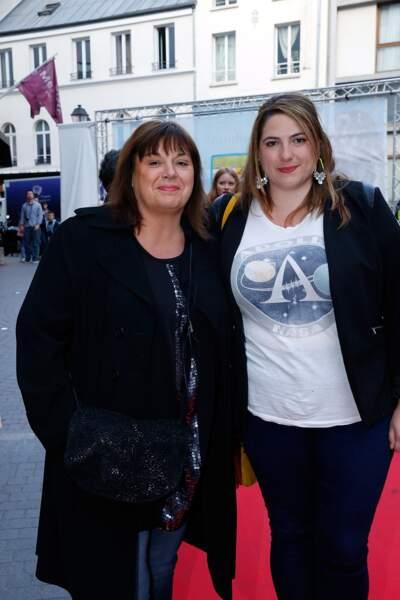"""Michèle Bernier et sa fille Charlotte Gaccio au spectacle """"Les Franglaises"""" en 2015."""