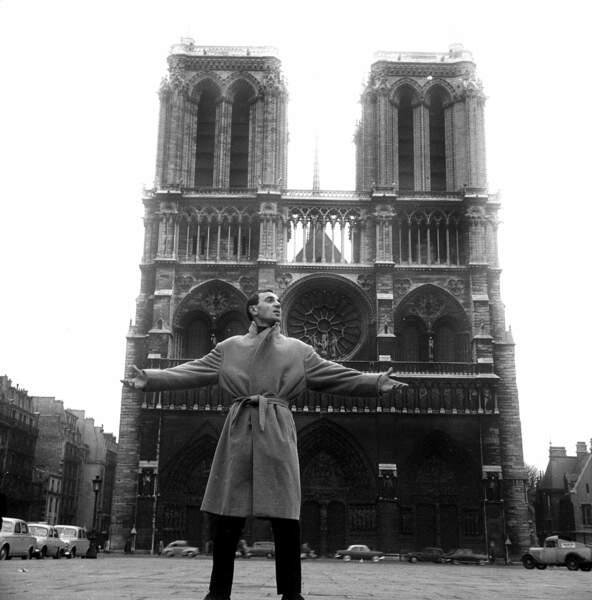 A Paris dans les années 1950. A l'époque, le chanteur est critiqué pour sa voix et son physique.