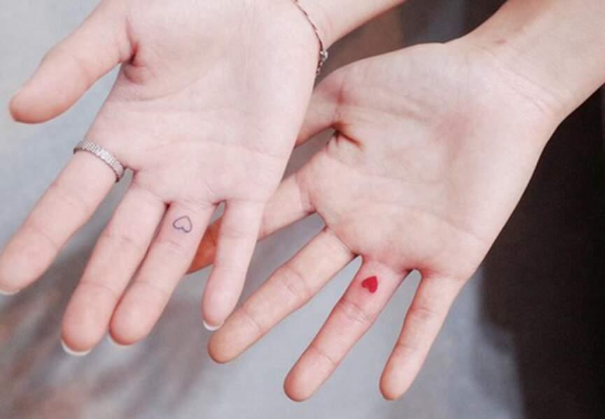 Tatouages couple petits coeurs