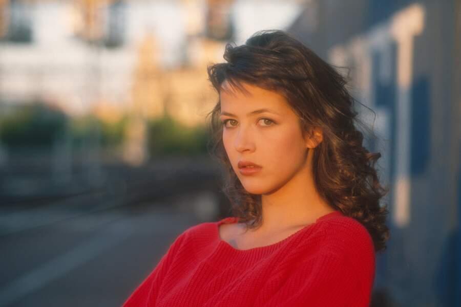 """Sophie Marceau lors du tournage du film """"L'étudiante"""" de Claude Pinoteau, à Paris, en 1988."""