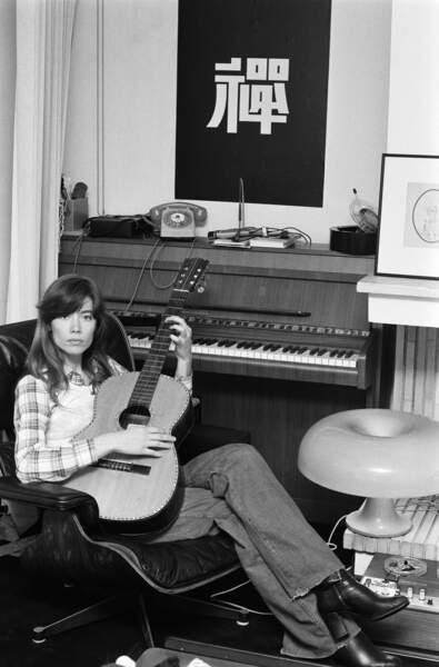Françoise Hardy chez elle en 1974.