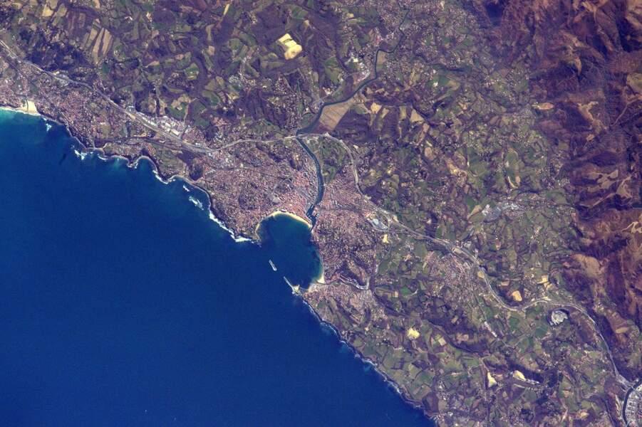 La baie de Saint-Jean-de-Luz, reconnaissable à sa forme d'anse
