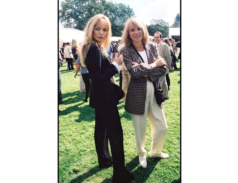 En 1997, Mireille Darc a 59 ans et pose avec Ariel Dombasle