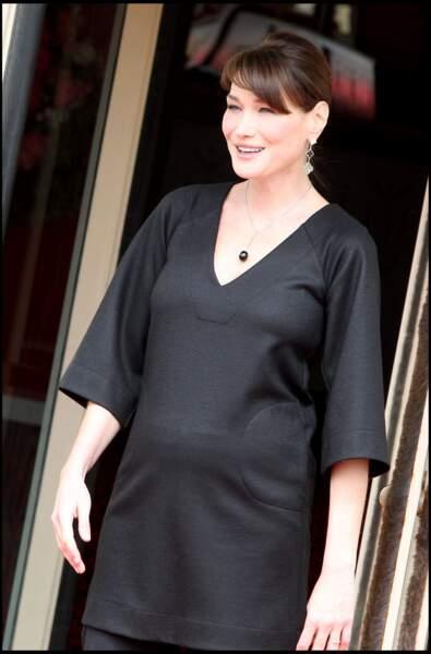 Carla Bruni, enceinte, avec les cheveux attachés