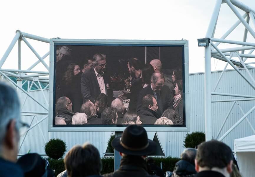 Un écran géant retransmettait la cérémonie pour les anonymes venus rendre hommage à Charb