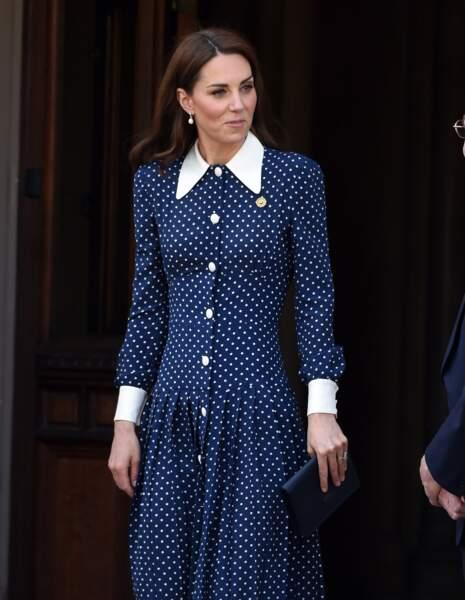 Kate Middleton sublime dans une robe à pois boutonnée
