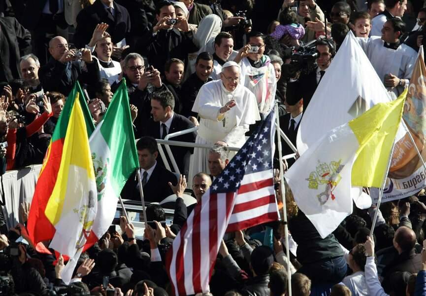 Sur la place Saint Pierre, à Rome, des drapeaux de tous les pays