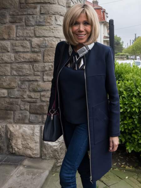 Brigitte Macron, élégante en jean