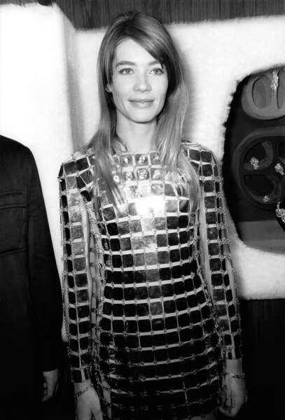 Françoise Hardy en robe Paco Rabanne le 19 mai 1968 à Paris.