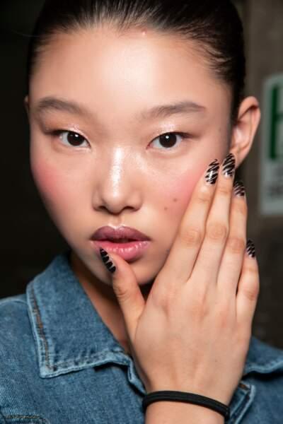 Zébrures feutrées sur ongles nus chez Moschino