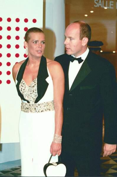 Le prince Albert II de Monaco et sa soeur Stéphanie au bal de la Croix Rouge en 1996.
