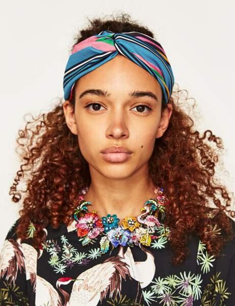Les cheveux afro avec un bandeau