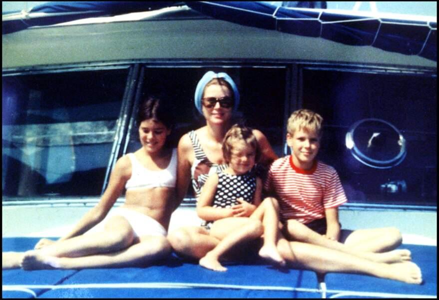 La princesse Grace avec ses enfants, Caroline, Albert et Stéphanie, fin des années 60.