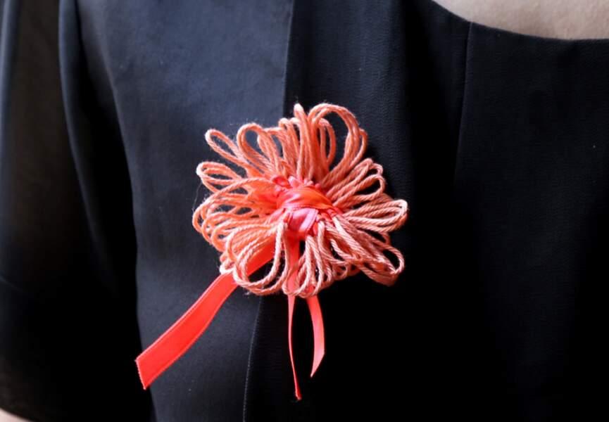Une broche fleur avec un Multi Tricotin