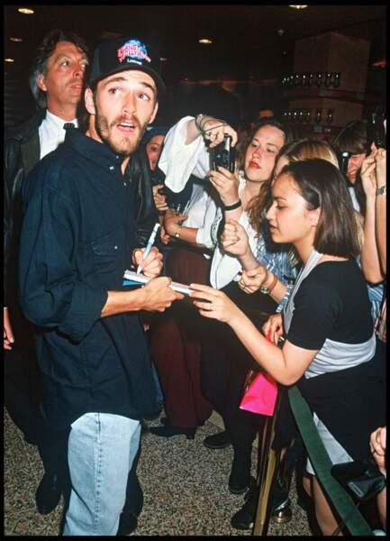 Luke Perry signant des autographes lors d'une soirée au Planet Hollywood de Londres en 1994