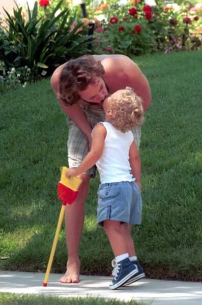 Luke Perry en balade avec son fils Jack dans les rues de Los Angeles en 2000