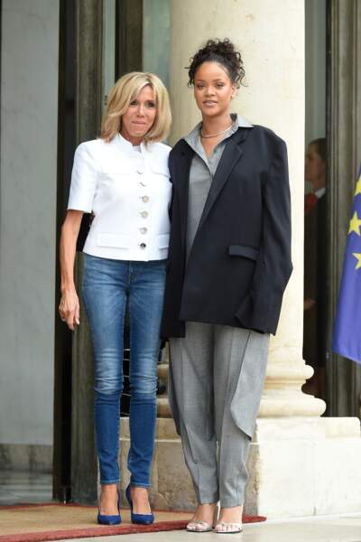 Brigitte Macron en jean et veste blanche pour accueillir Rihanna