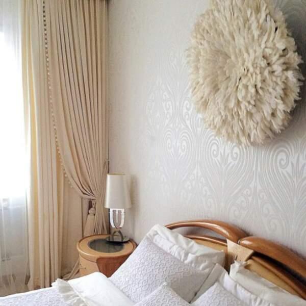 Juju hat dans une chambre beige