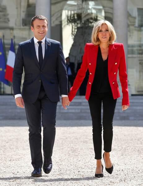 Brigitte Macron en blazer rouge de couturier