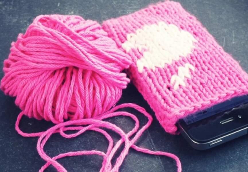 Une housse de portable tricotée
