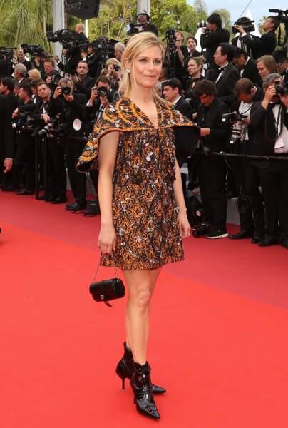 Cannes : Marina Foïs, 49 ans, sublime en robe à cape sur tapis rouge